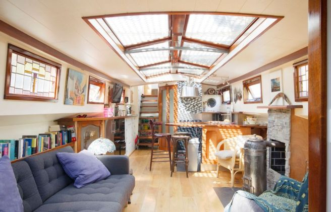 canal-barge-houseboat-in-amsterdam-ldk1-via-smallhousebliss