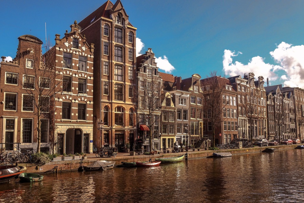 This image has an empty alt attribute; its file name is amsterdam-4045137_1920.jpg